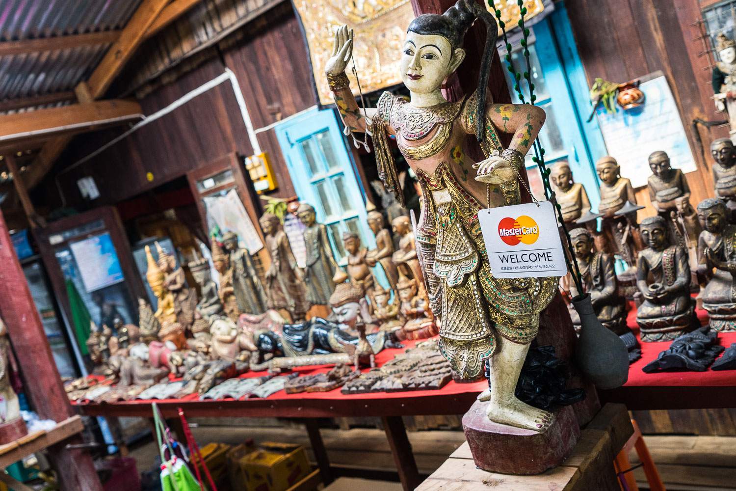 Inle Shop MasterCard Sign